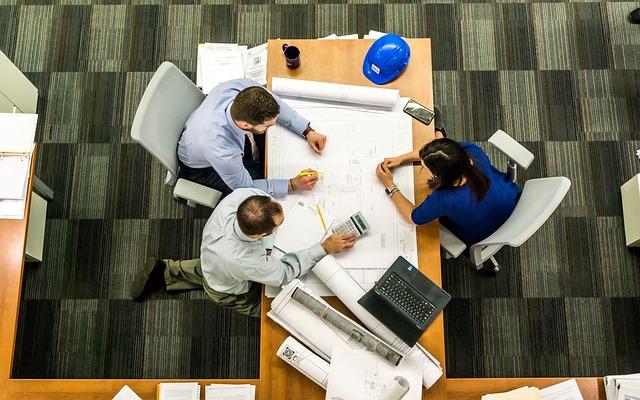 Projektanci przy stole - ustalenie warunków zabudowy